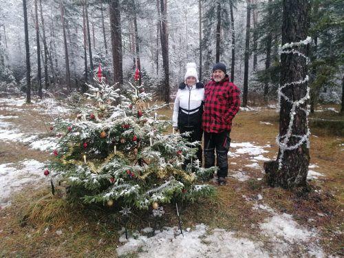Silvana und Jürgen Vonblon erfreuen mit ihrem Weihnachtsbaum im Wald Klein und Groß.DOB