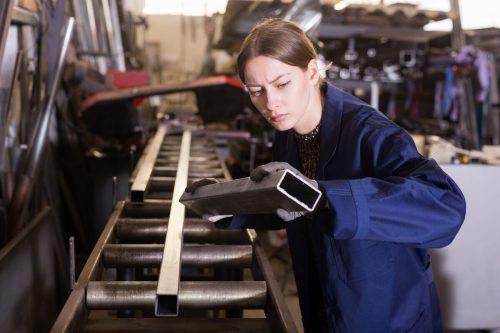 Sowohl bei den Burschen als auch Mädchen zählt Metalltechnik zu den beliebtesten Lehrberufen. Shutterstock