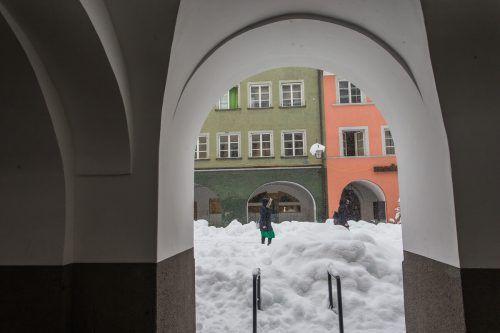Starker Schneefall hält auch die Bürger in Feldkirch in Atem. VN/Steurer