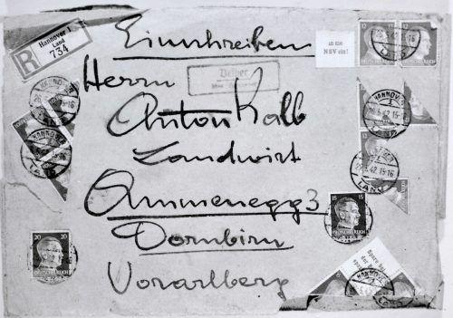 Subtile Kritik: Brief mit Hitlermarken.