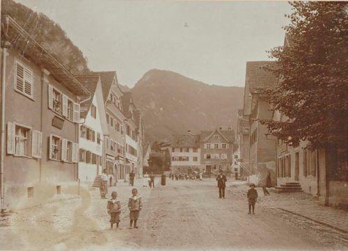 Tänzers Söhne (li) in der Israelitengasse, um 1900.