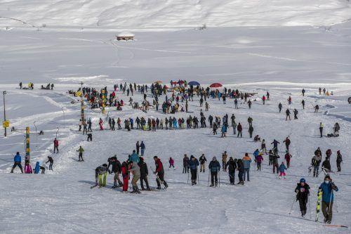Touristen bevölkern die Hotels, Skipisten und Wanderwege der Himalaya-Region. AP