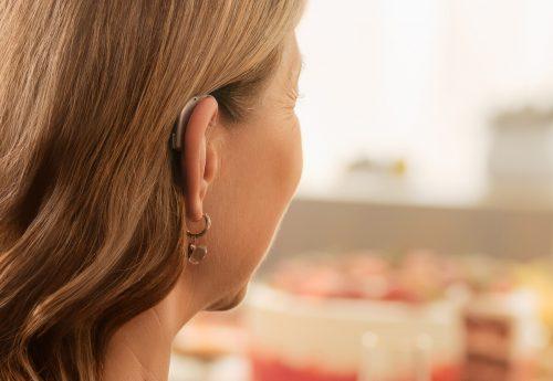 Träger von Hörgeräten müssen sich längst nicht mehr verstecken. Jetzt sollten sie es noch weniger tun. neuroth