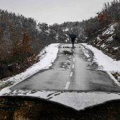 """<p class=""""factbox"""">Unter den Fluten kollabiert: Heftiges Hochwasser hat diese Straße beim Ort Sferke im Kosovo vollkommen zerstört. AFP</p>"""
