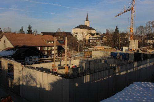 Verlängerte Weihnachtspause auf der Großbaustelle in Alberschwende. Die Wiederaufnahme der Arbeiten hängt von der Witterung ab. stp