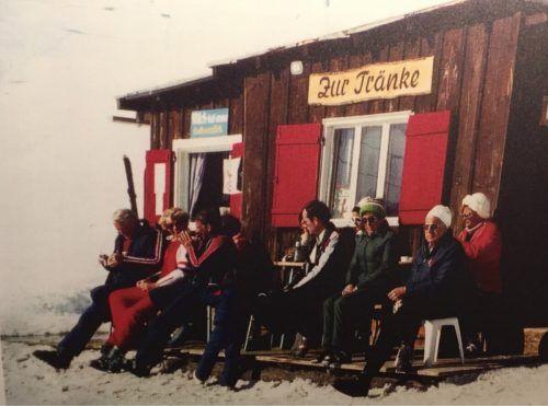 """Vor fast 60 Jahren stärkten sich die Skigäste in Damüls bei der """"Tränke"""". Dort waren Sitzplätze knapp, sodass sich Kinder """"im Vorbeifahren"""" verpflegen mussten . . ."""