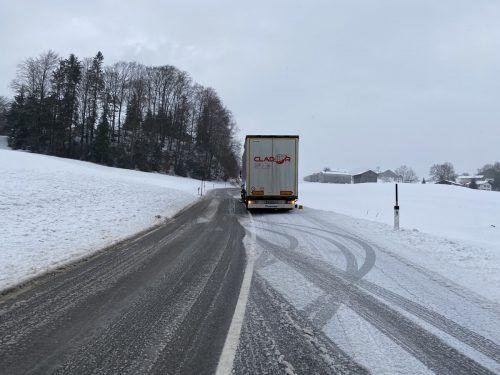 Zahlreiche Lkw, wie hier in Lingenau, blieben stecken. Vol.at/Mayer