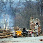 <p>Zwei Frauen sitzen vier Tage nach einem verheerenden Erdbeben vor ihrem völlig zerstörten Haus im Umfeld von Petrinja in Kroatien. AFP</p>
