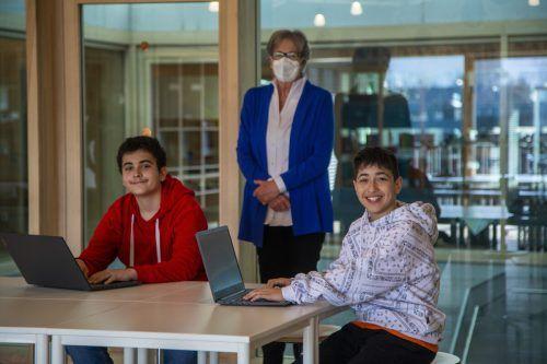 Ahmet und Fatih (v.l.) haben eine riesige Freude mit ihren neuen Geräten. Davon durfte sich Marlies Müller überzeugen. VN/Paulitsch