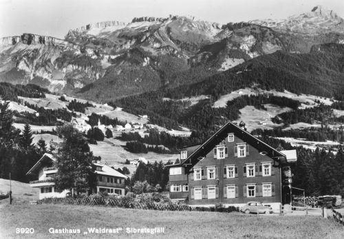 Am 15. 9. 1928 beleidigte F. Stiglmayer im Gasthaus Waldrast in Sibratsgfäll die Gäste und stieß Drohungen gegen den Wirt Kaspar Mennel aus, woraufhin er festgenommen wurde.