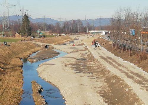 Am Emmebach laufen die Arbeiten zur Renaturierung. Ende März soll der erste Teilabschnitt fertig sein.Mäser