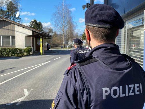 An den Grenzen in die Schweiz wird bei der Einreise nach Österreich verstärkt kontrolliert. 32 Polizisten sind täglich im Grenzeinsatz. VN/Rauch