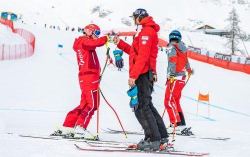 Ariane Rädler (l.) und Christine Scheyer (r.) wurden bei der Kursbesichtigung des Super-G von Damenchef Christian Mitter unterstützt. gepa