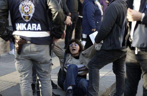 Bei einem Protest in Ankara gegen die Besetzung des Rektors derBoğaziçi (deutsch: Bosporus) Universität in Istanbul nehmen Polizisten eine Frau in Gewahrsam. AP