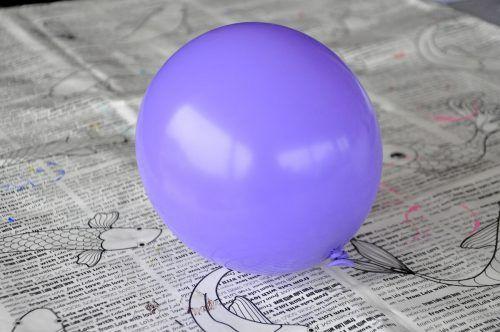 Blast einen Luftballon auf – so groß, wie eure Schale werden soll.