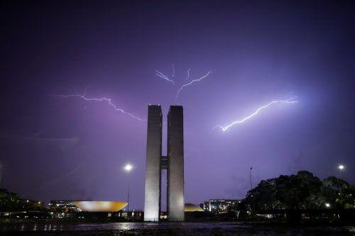 Blitze erhellen den Nachthimmel über dem Nationalkongress in der brasilianischen Hauptstadt Brasília. reuters