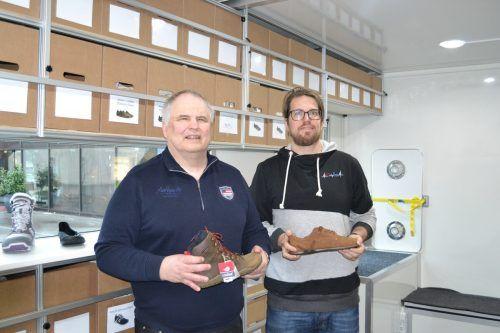 Bruno Kühne und Neffe Andreas Gassner stehen im neu gebauten Shoe-Truck. Dieser kann über die Homepage www.schuhewiebarfuss.at oder telefonisch bei Bruno Kühne unter der Nummer 0676 9434544 angefragt werden.BI