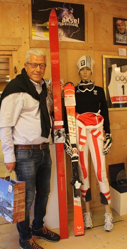 Christian Lingenhöle mit besonderen Museums-Exponaten: 1964er-Ski von Egon Zimmermann und 2018er-Ausrüstung von Katharina Liensberger. STP