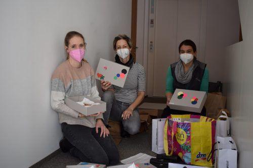 Christina Fetz-Eberle, Marika Baldauf und Silvia Knisel beim Packen der Überraschungspakete.