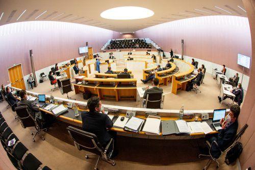 Coronabedingt auf selten großer Distanz untereinander hatten sich die 36 Abgeordneten im Vorarlberger Landesparlament in der Landeshauptstadt versammelt. VLK, Serra