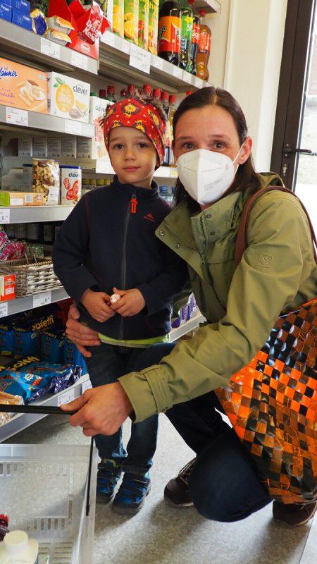 Daniela ist gemeinsam mit Sohn Lukas ins Lädele gekommen.