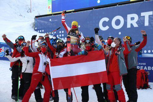 Das ÖSV-Team feiert mit Katahrina Liensberger die 100. Goldmedaille bei einer WM.???