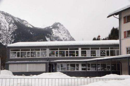 Das Dach der Volksschule Dalaas weist Schäden auf und soll in nächster Zeit dicht gemacht werden. DOB