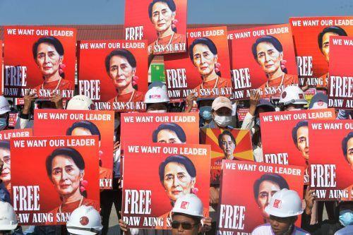 Demonstranten in Naypyidaw haben erneut die Freilassung von Myanmars gestürzter De-facto-Regierungschefin Aung San Suu Kyi gefordert. AFP