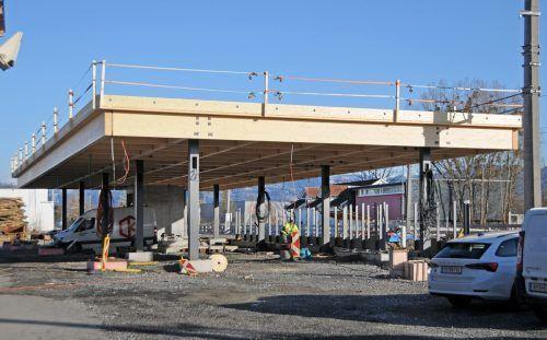 Der Bau der neuen Bahnhaltestelle Hard-Fußach liegt im Zeitplan. Die Fertigstellung ist für Ende 2022 vorgesehen, das alte Bahnhofsgebäude wird im März abgebrochen. ajk