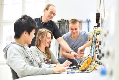 Der direkte Kontakt zwischen Schülern und Unternehmen ist entscheidend bei der Lehrlingssuche. Shutterstock