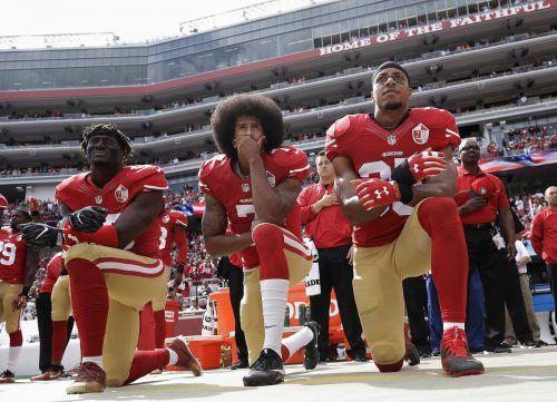 Der einstige NFL-Quarterback Colin Kaepernick (Bildmitte) sank als Zeichen des Protests schon 2016 beim Abspielen der Nationalhymne auf die Knie. AFP