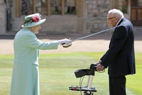 Der Höhepunkt für Captain Tom war der Ritterschlag der Queen. Die Königin möge sich hoffentlich mit dem Schwert nicht ungeschickt anstellen, witzelte er bei der Zeremonie. AP