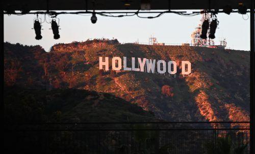 Der Schriftzug steht in den Bergen über der Filmmetropole. AFP