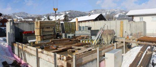 Große Fortschritte macht die neue Wohnanlage in Schwarzenberg. Die Baumeisterarbeiten stehen vor dem Abschluss. Die Gesamtfertigstellung soll im Frühjahr 2022 erfolgen.