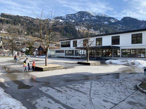 Die bestehende Volksschule und der bestehende Kindergarten (hinten) sollen in den nächsten Jahren einem neuen Kindercampus weichen.VN/JS