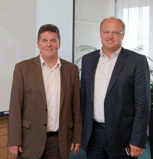 Die Bürgermeister Christian Natter und Elmar Rhomberg informieren über neue Testmöglichkeiten in ihren Gemeinden. hapf