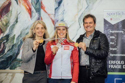 Die Eltern Herlinde und Thomas Liensberger genießen den Moment mit der Hand an den Goldmedaillen.VN-Sams/2