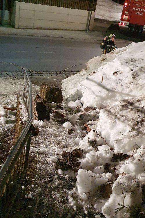 Die Felsbrocken rollten gefährlich nahe an das Wohnhaus heran und beschädigten ein Geländer. FW DALAAS