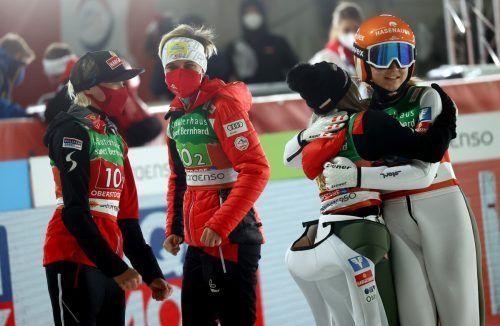 Die Gold-Springerinnen Chiara Hölzl, Sophie Sorschag, Daniela Iraschko-Stolz und Marita Kramer (von links).afp