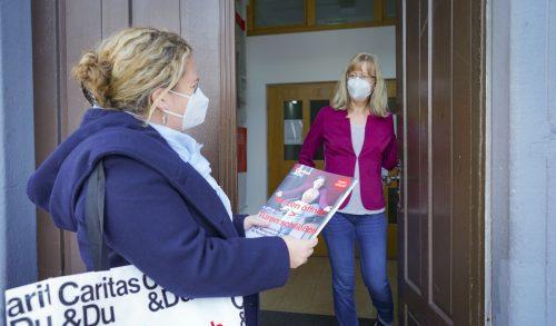 Die Haussammlerinnen und -sammler der Caritas gehen derzeit wieder von Tür zu Tür.Caritas