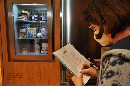 Die Initiatorin der offenen Kühlschränke in Vorarlberg, Ingrid Benedikt, hat den Kühlschrank mit feinen Lebensmitteln befüllt.lcf (2)