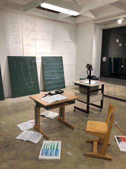 Die Installation zeigt einen Klassenraum, der um seine Existenz kämpft. Vn/Hf