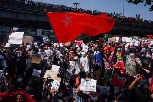 Die landesweiten Proteste gegen den Putsch in Myanmar nehmen trotz Drohungen des Militärs kein Ende. Dieses Bild stammt aus Yangon. AFP
