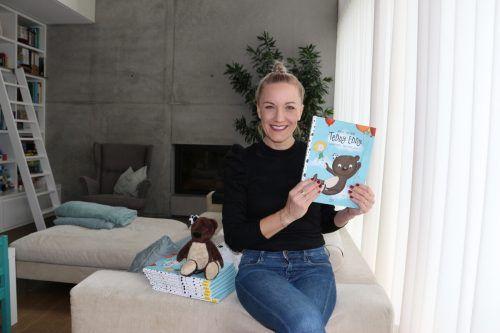 Die Lustenauer Erfinderin von Teddy Eddy, Ingrid Hofer, zeigt das neue Kinderbuch, das sie jetzt veröffentlicht hat.lcf