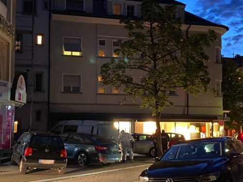 Die Polizei vor dem Tatort an der Marktstraße in Dornbirn, die Täter befanden sich bereits auf der Flucht. VN/RAUCH