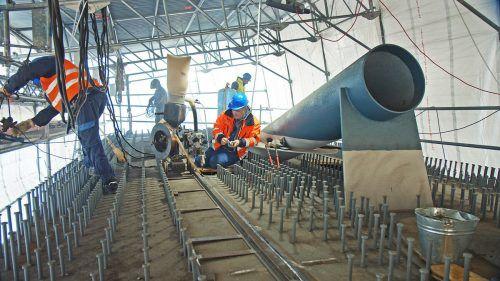 Die Röhren nehmen künftig die Stahlseile der Rheinbrücke auf.