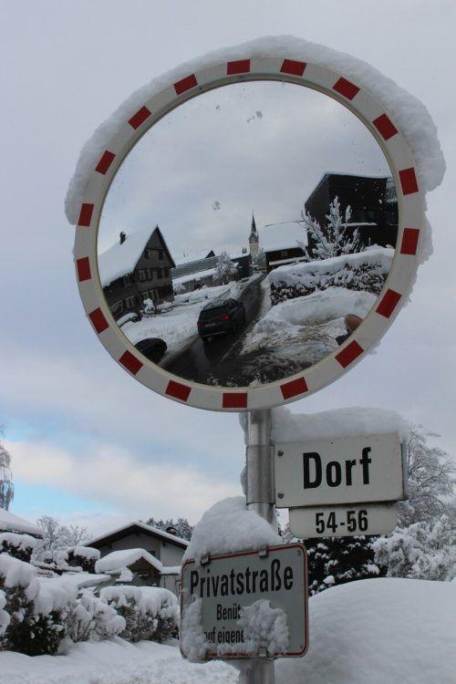 Die Schneeflut machte aus dem Verkehrsspiegel ein reizvolles Fotomotiv. STP/2