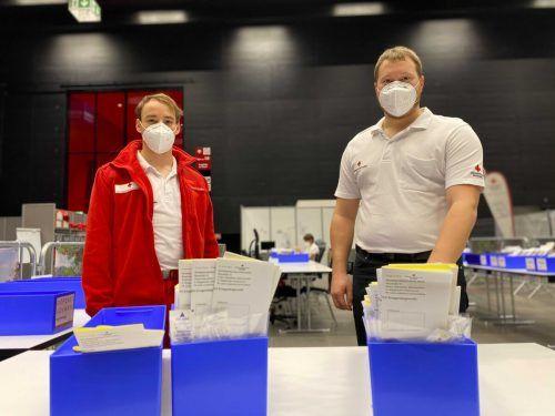 Dominic Malin (links) und Leiter René Burtscher haben sich auf den Ansturm der Testwilligen eingestellt. VN/RAuch