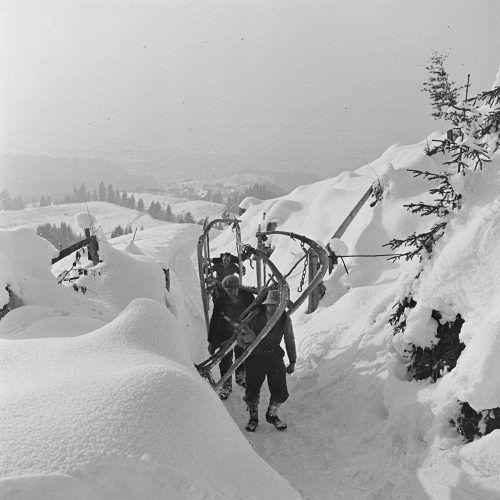 Dornbirn, Kehlegger Viehweide. Vermutlich auf dem Weg zu Holzarbeiten. Die Hornerrodel wurden benutzt, um Holz und Rinde ins Dorf zu führen.Franz Beer, Stadtarchiv Dornbirn