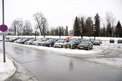 Ein Teil des Firmenparkplatzes nahe dem Blum-Werk 2. Die Kreuzdorfstraße im Vordergrund führt künftig im rechten Winkel zur L 40 Brugger Straße. AJK